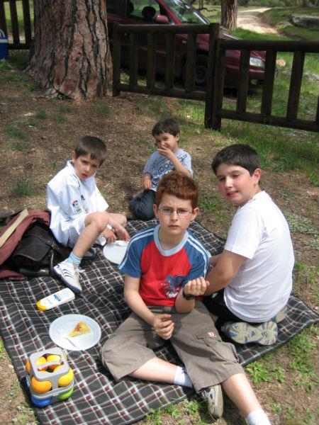 Picnic en Valdemaqueda: la mesa de los pequeños:)