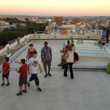 Los niños juegan a reconocer edicificios importantes en este espectacular espacio del cielo de Madrid