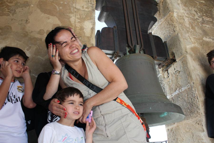 Escuchar las campanas de una iglesi tan cerca es una experiencia única para los niños.