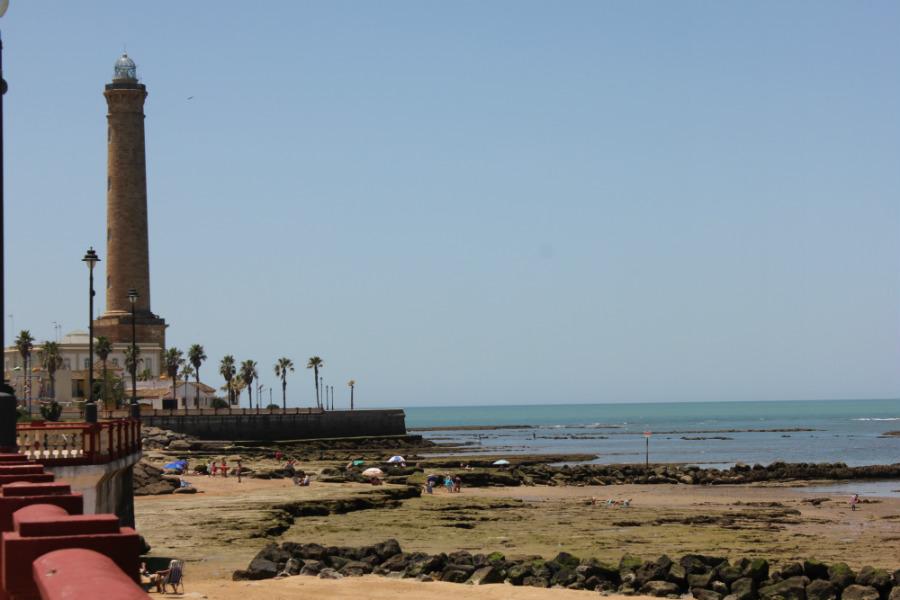 Vista de los corrales de las playas de Chipiona, con el faro