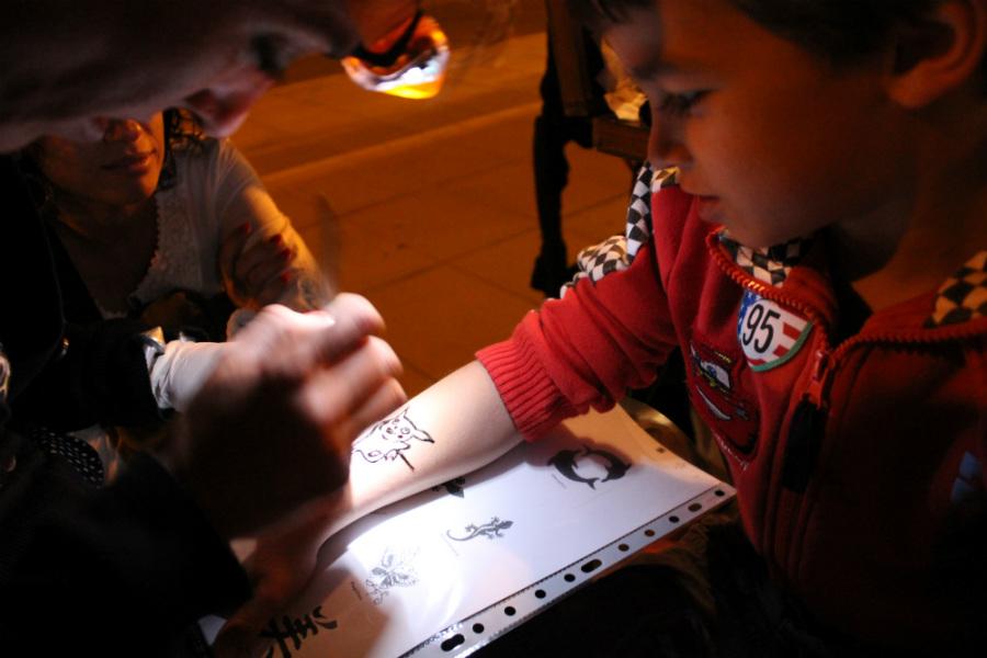 Nuestro hijo pequeño escogió un motivo de Picahu para tatuarse con henna