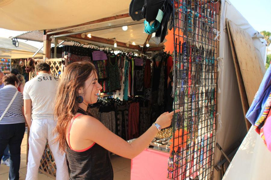 Mercadillo playero en Conil de la Frontera: puesto de colgantes