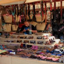 Mercadillo playero en Conil de la Frontera: puesto de accesorios