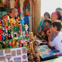 Mercadillo playero en Conil de la Frontera: puesto de juguetes