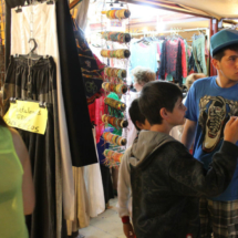 A los niños les atrae el paseo y las atracciones de feria junto al mercadillo