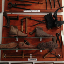 Calzado de trabajo antiguo en el Museo de Conil