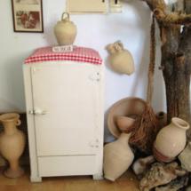 Nevera y envases de cocina antiguos en el Museo de las Raíces Conileñas