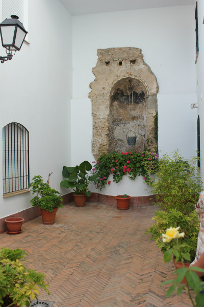 Ruta por los patios andaluces de conil de la frontera for Fuentes para patios