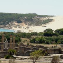 Vista de las ruinas de Baelo Claudia con la gran duna de Bolonia al fondo