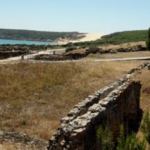 Vista de las ruinas de Baelo Claudia, con la playa y la duna de Bolonia al fondo