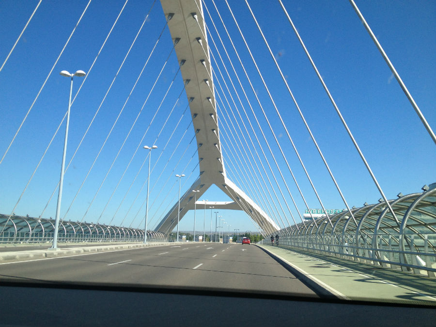 Al recinto de la Expo de Zaragoza se accede por el puente del Nuevo Milenio