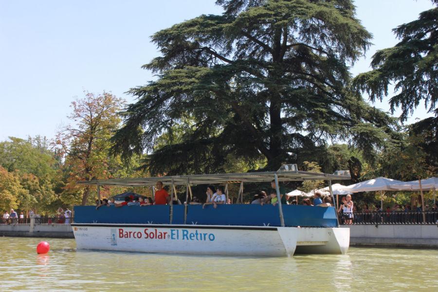 Además de en las barcas de remos, se puede dar un paseo por el estanque en un barco más grande.