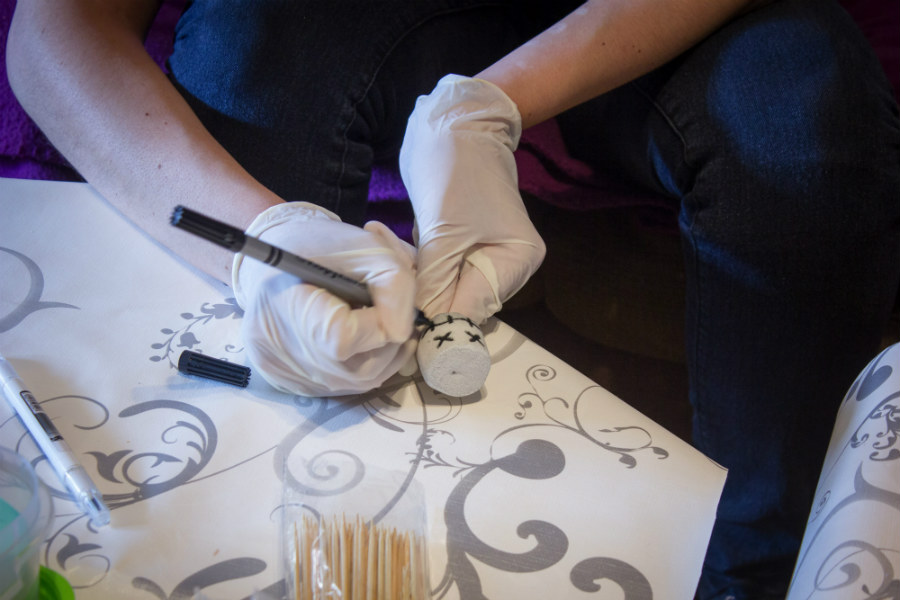 Kekukada Chuches, trabajando en la decoración de las golosinas