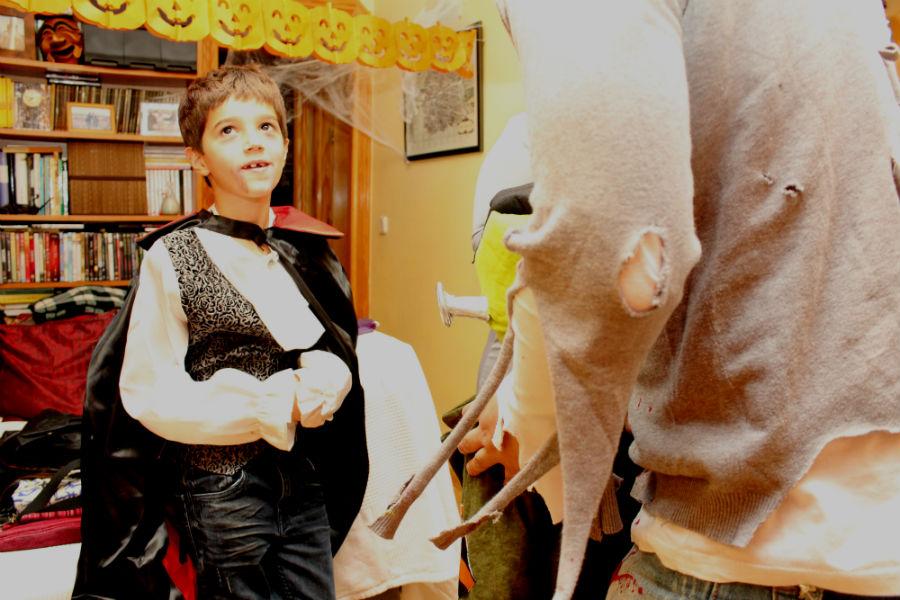 Disfraces para Halloween: zombie (en primer plano) y mago malo