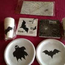Platos, vasos y servilletas de Halloween, en Ikea
