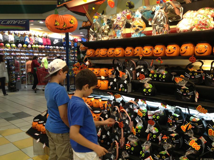 Supermercados y tiendas disponen secciones con complementos para Halloween