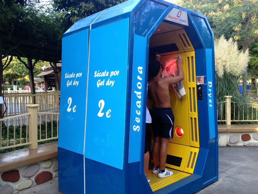 Estas cabinas son unos secadores para después de las atracciones de agua