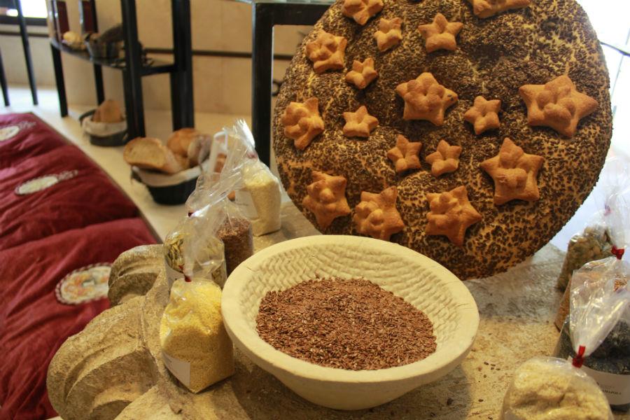 Además de pan tradicional, en Quadra Panis se pueden encontrar ingredientes para hacer panes variados en casa