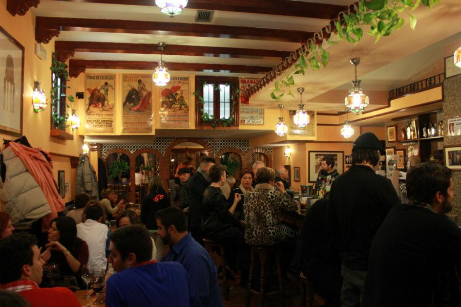 Cenamos en el bar Los Altramuces, en Granada