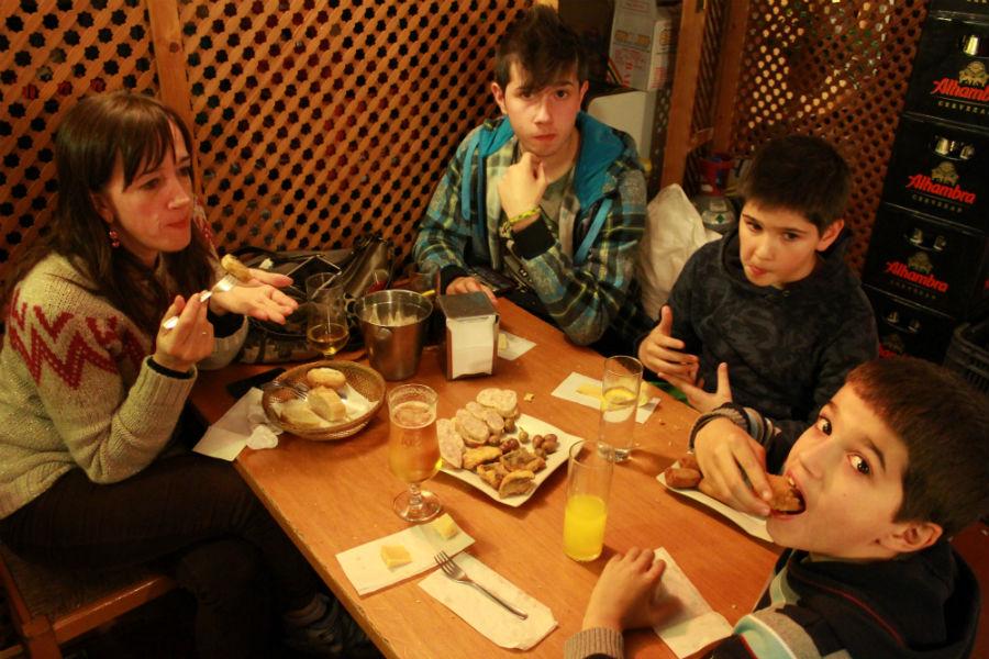 Restaurante y bar 39 los altramuces 39 buenas tapas en granada for Tapas faciles y buenas