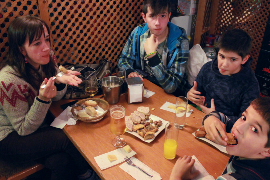 Cenamos en el bar Los Altramuces, en Granada... una buena experiencia ;-)