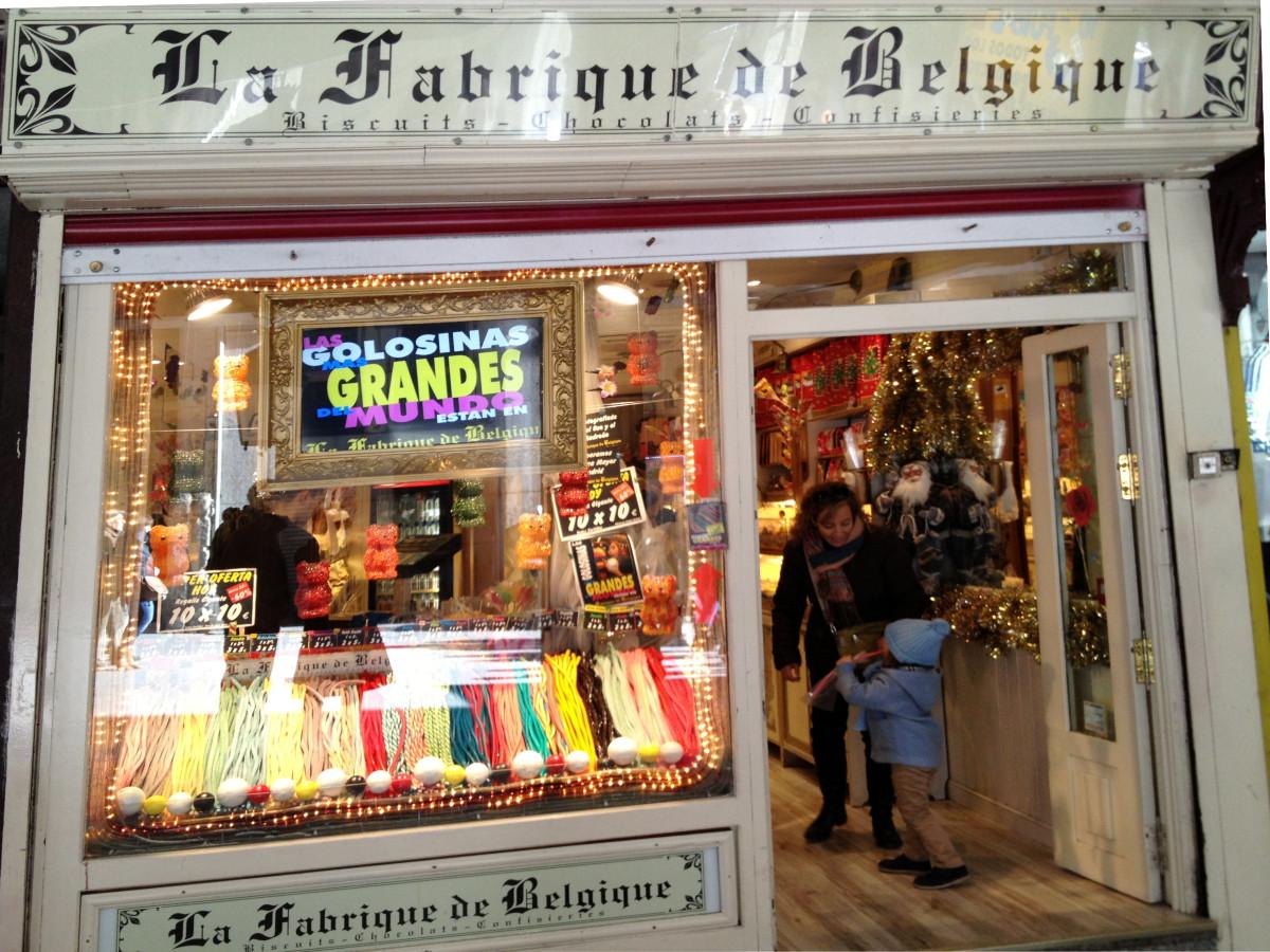 Fachada de La Fabrique de Belgique, una fantástica tienda de chuches en el centro de Madrid con peques