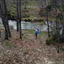 Con un río cerca, los niños siempre tienen entretenimiento