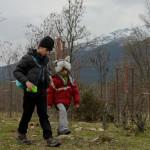 Bien abrigados, los niños disfrutan del campo en invierno tanto como en verano