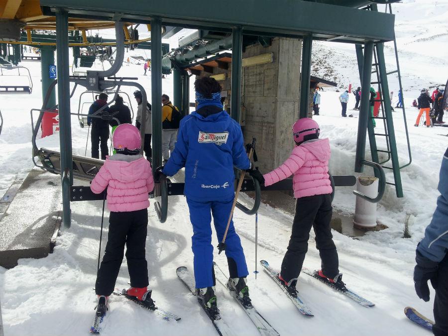 Los niños pueden depurar su estilo de esquí con unos cursillos en Formigal