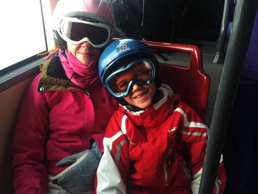 Los pequeños aprenden a esquiar y a apreciar este deporte con estas clases