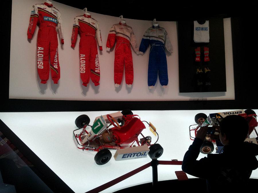 Monos de Fernando Alonso en su exposición en Madrid