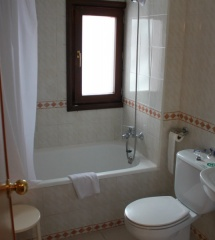 Las habitaciones y los baños del hotel Nievesol, en Formigal, son adecuados para familias