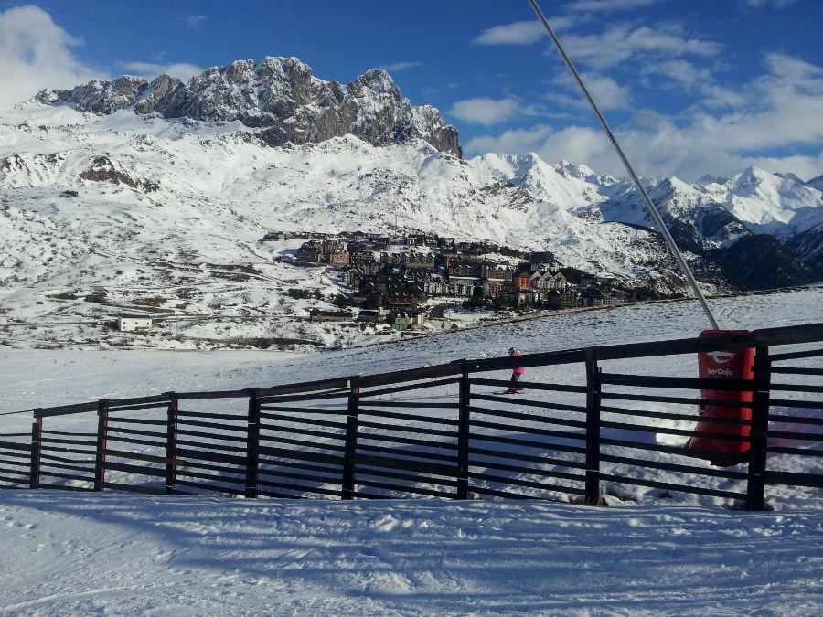 Las vistas del hotel Nievesol son las típicas de montaña, con mucha nieve en invierno