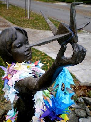 Estatua de Sadako con una de sus grullas de papel