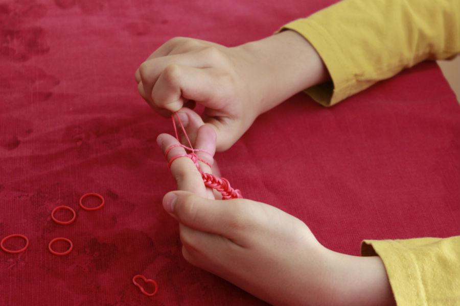 Con los dedos se va tejiendo la pulsera