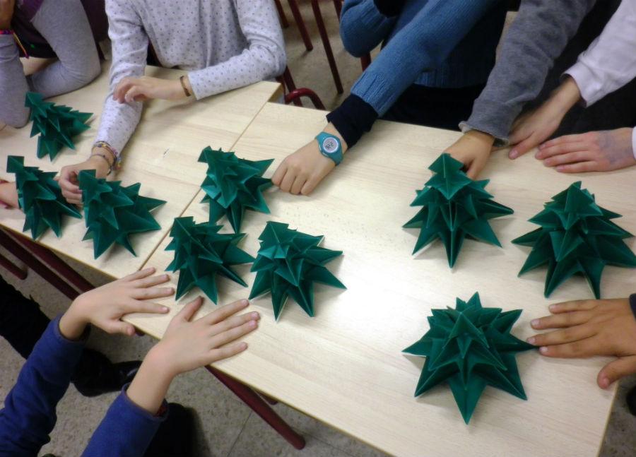 Abetos de papiroflexia realizados por niños