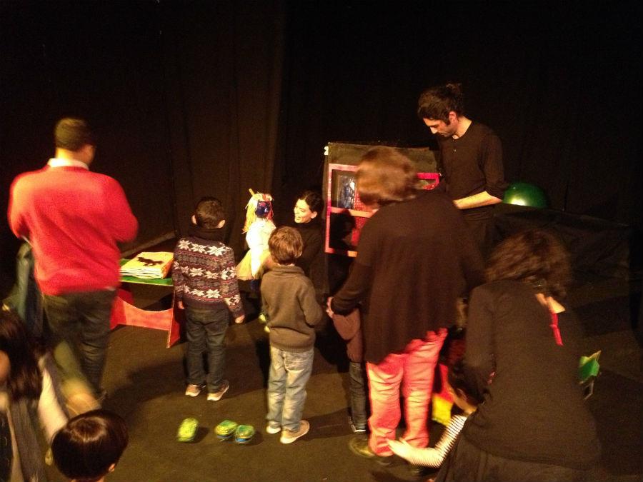 Actores y niños comparten el teatro en La Puerta Estrecha