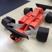 Muestra de un coche de fórmula 1 realizado con papiroflexia