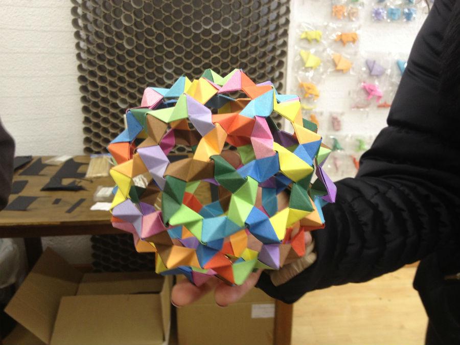 Esfera de origami de colores