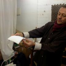 Manuel Carrasco, arquitecto, regenta la tienda de origami Minimum