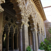Arcada y columnas del Palacio de la Aljafería, en Zaragoza