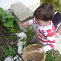 Los más pequeños también colaboran en la búsqueda de huevos de Pascua.