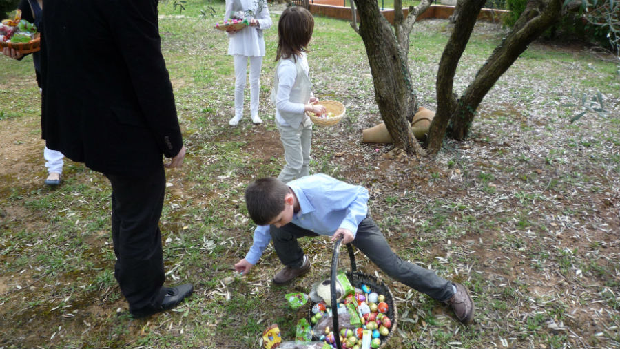 Todos los niños colaboran en la búsqueda de huevos de Pascua.