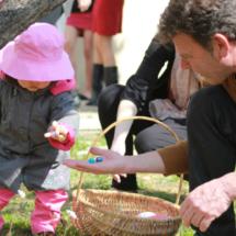 Tras la búsqueda, los huevos de Pascua se reparten a partes iguales.