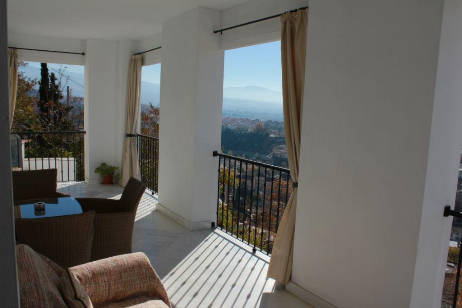 Terraza de una habitación del Hotel Arabeluj, en Granada