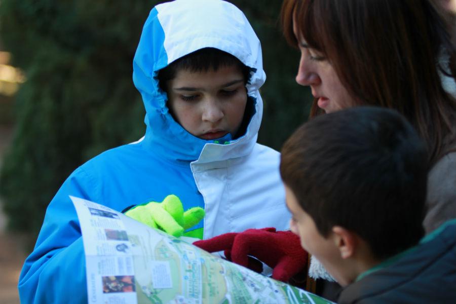 Consultando un plano de la Alhambra de Granada con los niños