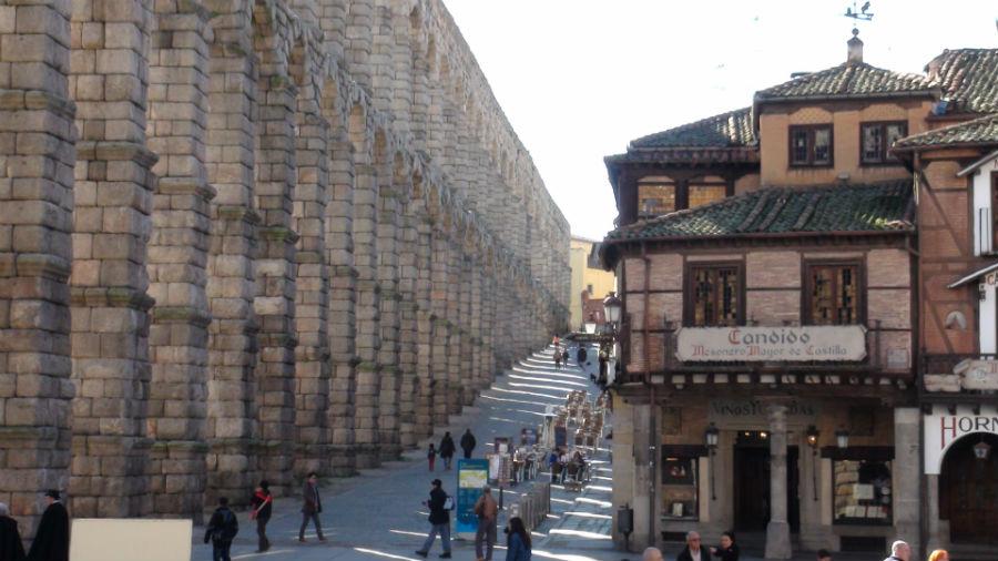El acueducto conducía el agua hasta el mismo centro de Segovia