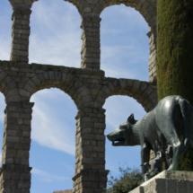 Estatua de Rómulo y Remo amamantados por una loba