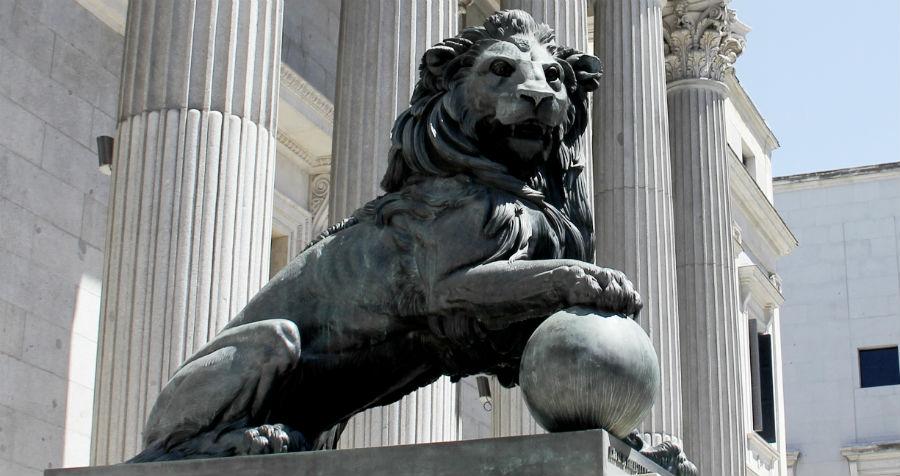Uno de los leones del Congreso. Estas estatuas llevan el nombre de Daoiz y Velarde.