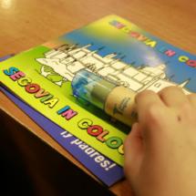 La Oficina de Turismo de Segovia obsequia a los niños con un libro para colorear la ciudad
